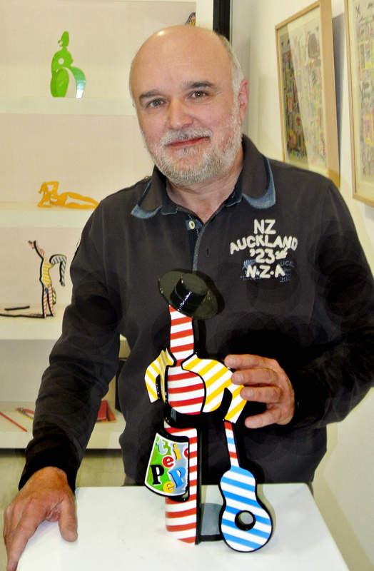 Víctor Arrizabalaga, con una de sus esculturas.  Foto: Marcelino Cuevas.