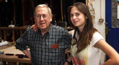 El artista Luis G. Zurdo, con su hija Graciela, en su taller de San Feliz de Torío. Fotografía: Marcelino Cuevas.