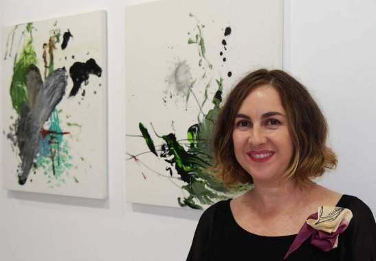 Belén Gonzalo junto a dos de las obras de la exposición. © Fotografía: Marcelino Cuevas.