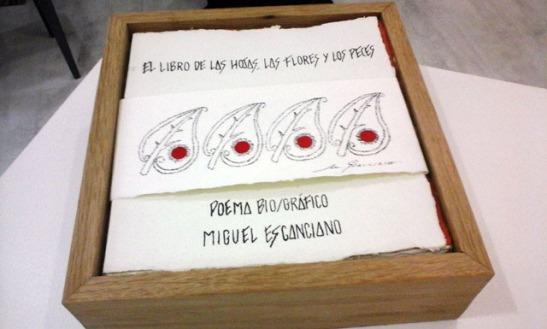 Ejemplar del poema bio/gráfico que inspira la exposición en la galería Ármaga. © Fotografía: Camino Sayago.