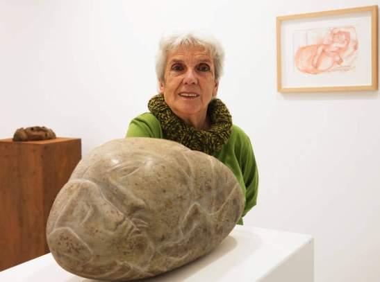 La artista posa junto a una de las esculturas que expone en la galería Ármaga. © Fotografía: Cuevas.