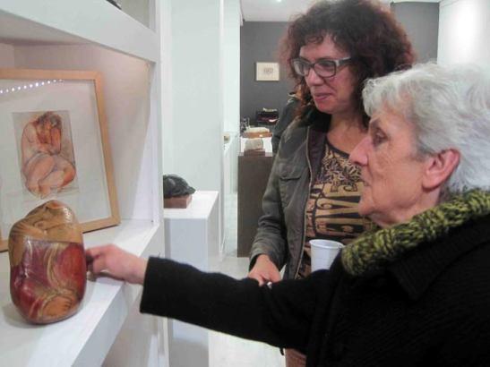 La escultora Castorina con la periodista Ana Gaitero.
