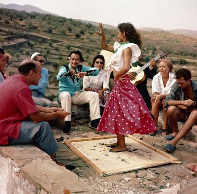 La Chunga baliando ante Dalí, Gala y unos amigos en el verano de 1957.