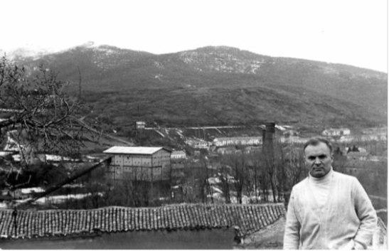Brosio, en década de los setenta, posando delante del panorama minero de Barruelo de Santullán.