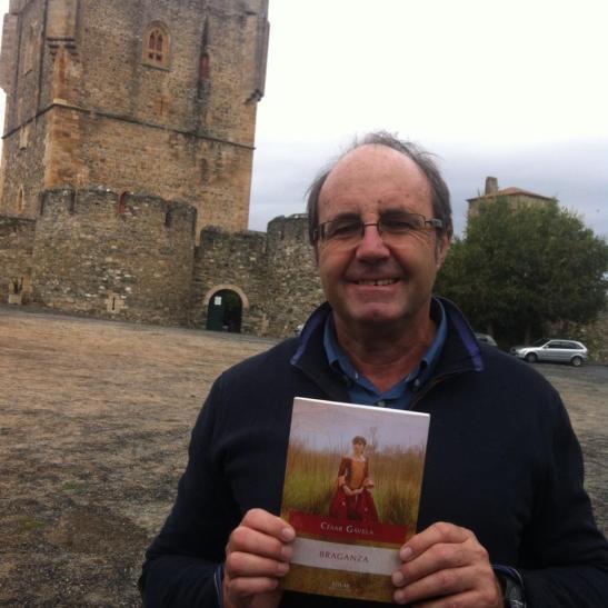 El escritor César Gavela, en la ciudadela de Braganza (Portugal), con su nuevo libro