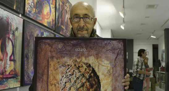 El pintor leonés Manolo Jular inauguró este viernes su 'Calendario Antelami' en la galería Ármaga. | Fotografía: MAURICIO PEÑA / La Nueva Crónica.