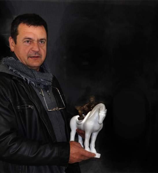 """Amancio González con una de las piezas de esta exposición (""""Hombre con caballo""""). Fotografía: Marcelino Cuevas."""