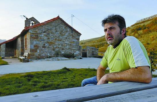 José Manuel González, junto a la ermita de Paradilla. Fotografía: JESÚS F. SALVADORES (Diario de León)
