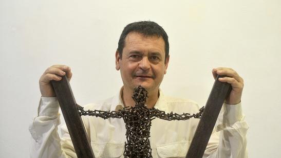 Amancio González expone varias esculturas en metal de pequeño formato en la galería de arte Ármaga.   Fotografía: DANIEL MARTÍN (La Nueva Crónica)