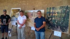 Los tres ganadores, con sus obras.