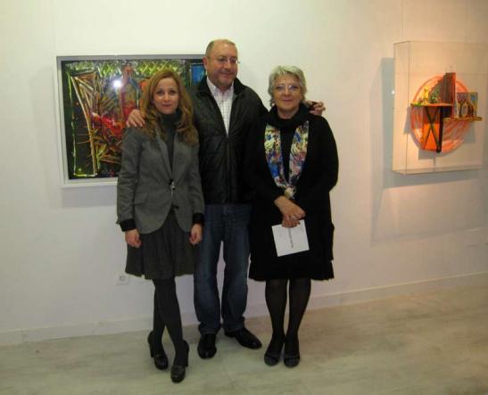 Marga Carnero, Pelayo Ortega y Asunción Robles, en la exposición del artista en Ármaga, en 2013.