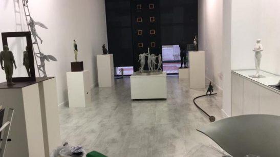 Aspecto de la galería Ármaga durante el montaje de la exposición.